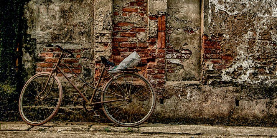 Uma bicicleta encostada no muro